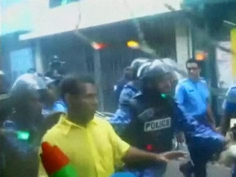 Ex-Präsident  Mohamed Nasheed und Polizisten