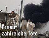 rauchwolken nach einem Bombeneinschlag in der Nähe von Homs