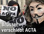 Acta-Gegner mit Guy-Fawkes-Masken und Schildern