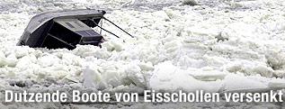 Eisschollen und ein gekentertes Boot auf der Donau in Serbien