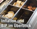 Geldscheine und Münzen in einer Kassenlade