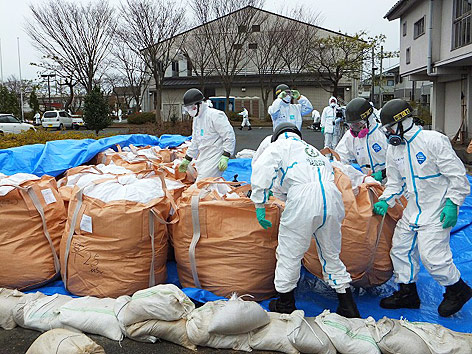 Arbeiter entsorgen radioaktiven Müll