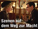 Ein Mann hält einer Frau in einem Restaurant auf einem Pommes Frittes einen Ring entgegen