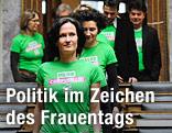 Grüne-Bundessprecherin Eva Glawischnig mit Grünen-Abgeordneten