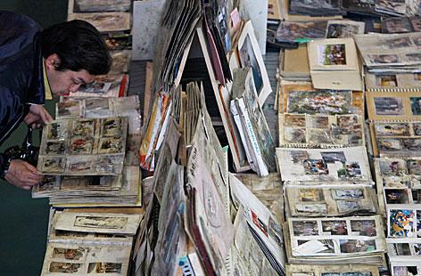 Ein Mann sucht nach Fotos, die nach der Katastrophe gefunden wurden