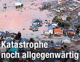 Luftaufnahme von durch eine Flutwelle zerstörten Häusern