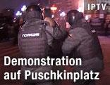 Zwei Polizisten führen einen Demonstranten
