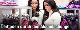 Frauen beim Einkaufen von Kleidung