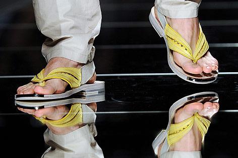 Männerfüße mit Flipflops