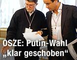 Tonino Picula und Roberto Montella von der OSZE-Aufsicht kontrollieren Wahlboxen in Moskau
