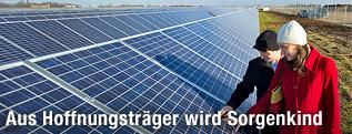 Besucher eines Solarparks auf dem ehemaligen Militärflugplatz in Köthen