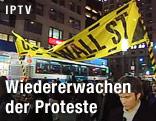 """Demonstranten halten ein Transparent mit der Aufschrift """"Occupy Wall Street"""" hoch"""