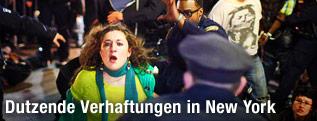 Aktivistin läuft vor einem Polizisten davon