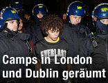 Londoner Polizisten führen einen Demonstranten ab