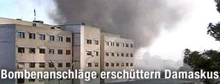 Rauchschwaden dringen aus einem Gebäude in Damaskus