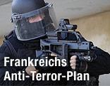 Französischer Polizist mit Gewehr