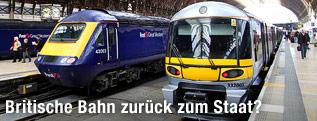 Zwei Züge stehen im Londoner Bahnhof Paddington
