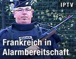 Französicher Polizist mit Waffe