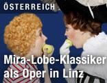 """Szene aus der Kinderoper """"Die Omama im Apfelbaum"""" im Landestheater Linz"""