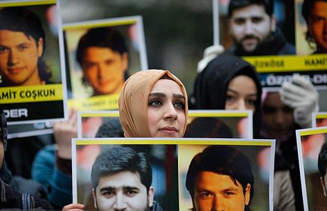 Menschen demonstrieren für die Freilassung zweier türkischer Journalisten