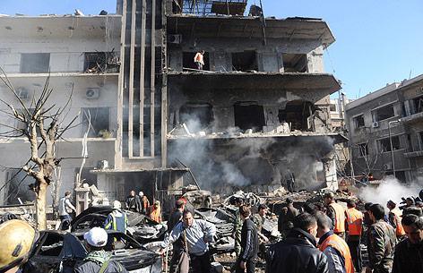Sicherheitskräfte inspizieren Gebäude nach Explosion