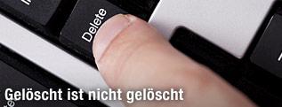 Finger beim Drücken der Delete-Taste auf einer Tastatur