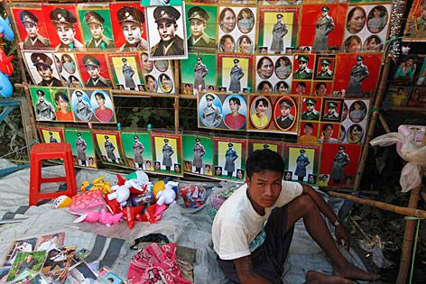 Ein Mann verkauft Fotos von Suu Kyi