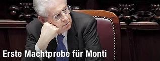 Italiens Premier Mario Monti stützt mit seiner Hand seinen Kopf ab