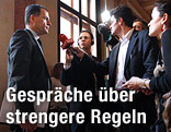 PÖ-Justizsprecher Hannes Jarolim im Gespräch mit Journalisten