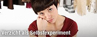 Frau sitzt deprimiert vor dem Kleiderschrank