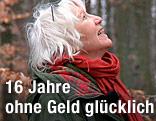Die ohne Geld lebende Heidemarie Schwermer sieht glücklich nach oben