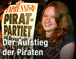 Parteimitglied der schwedischen Piratenpartei mit Plakat