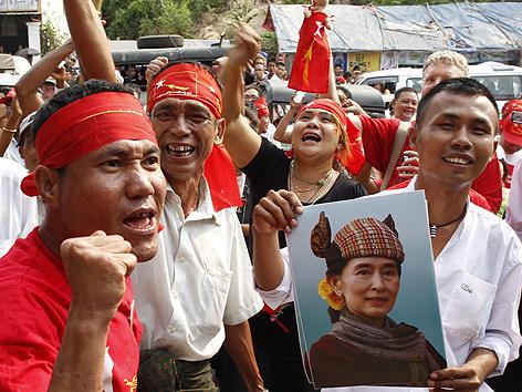 Anhänger von Aung San Suu Kyi jubeln