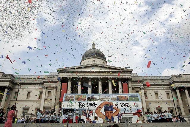 Confettiregen auf dem Londoner Trafalgar Square