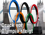 Olympia-Ringe vor der Tower Bridge in London