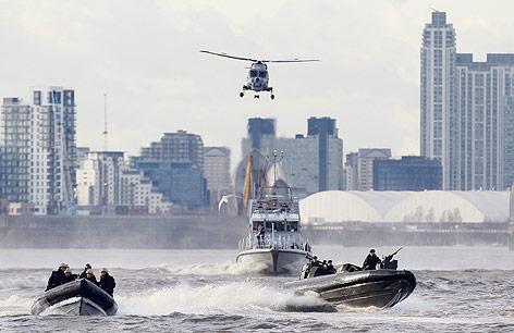 Polizei und Royal Marines bei einer Sicherheitsübung