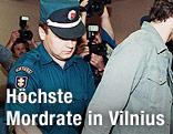 Polizist fürt Mann in Handschellen ab