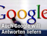 Mann geht an Google-Logo vorbei