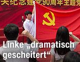 Junge Kommunisten in China vor der Flagge