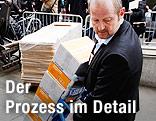 Gerichtsmitarbeiter bringt Akten im Fall Breivik ins Gerichtsgebäude in Oslo