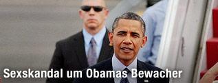 US-Präsident Barack Obama mit einem Bewacher im Hintergrund