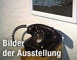 """Bild der Ausstellung """"Dust"""" zeigt ein Telefon und Spiegel"""