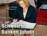 Finanzministerin Maria Fekter unterschreibt Vertrag