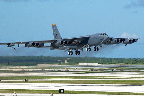 Boeing B-52 Stratofortress bei der Landung