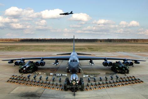 Boeing B-52 Stratofortress im Flug mit Waffen auf Parkpositon