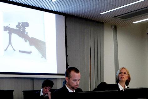 Staatsanwälte  Inga Bejer Engh und Svein Holden zeigen Bild von Breiviks Waffe