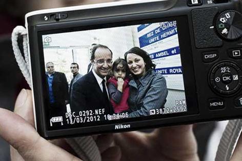 Fotoapparat mit Kandidat Hollande und Anhängern auf dem Display