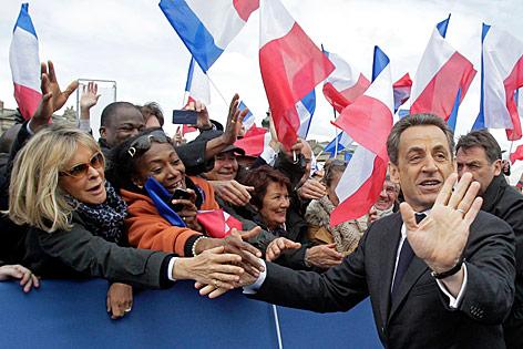 Präsident Nicolas Sarkozy schüttelt Hände im Walhlkampf