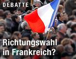 Ein Mann hält in einer Menschenmenge eine französische Fahne hoch