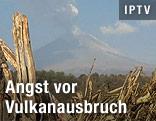 Der Vulkan Popocatepetl, über dem eine Rauchsäule steht